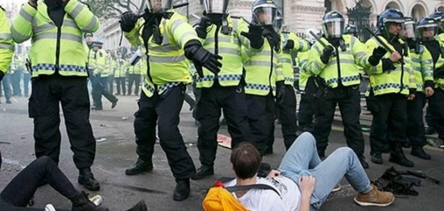 Neredi u Velikoj Britaniji: Prosvjednici uhićeni, policajci ozlijeđeni