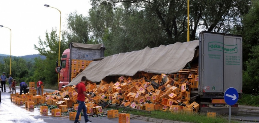 Iz kamiona ispale stotine pivskih boca, u nesreći nije bilo povrijeđenih