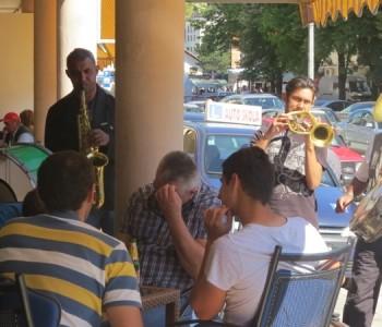 FOTO: Romski trubaduri na prozorskim ulicama