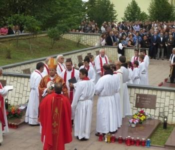 FOTO: Polaganje vijenaca i sveta misa na Uzdolu za uzdolske žrtve