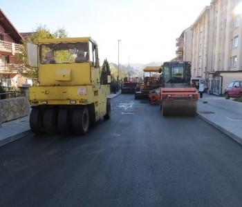 Foto: Završni radovi u gradu – Polaže se drugi sloj asfalta u Splitskoj ulici