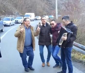 Kolona na putu Jablanica – Prozor: Putnici harmonikom i pjesmom kratili čekanje