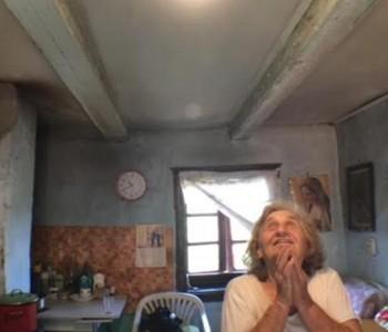 Baka Milka nakon 81 godine napokon dobila struju u kuću