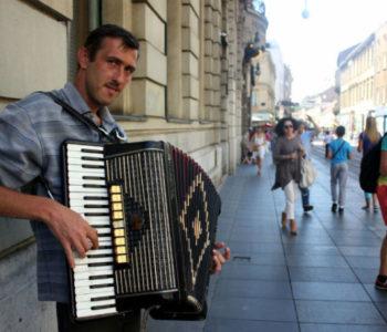 """Zagrebački harmonikaš: Najdraža mi je """"Snijeg pade na behar, na voće"""""""