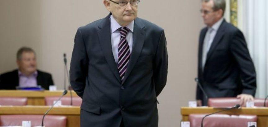 """Božo Ljubić se javio za riječ u Saboru, pa ga kolege zastupnici """"izuli iz cipela""""!?"""