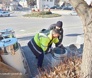 Foto: U Prozoru postavljene betonske kante za smeće
