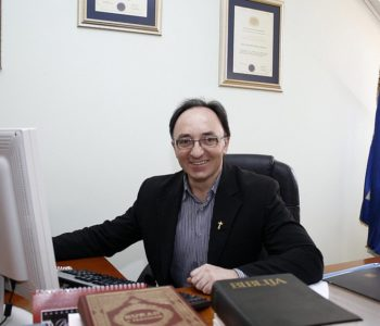 Svećenik i dizač tegova don Anto Ledić prodaje priznanja i nagrade da bi spasio mlade živote