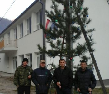 Ustramljani postavili božićno drvo