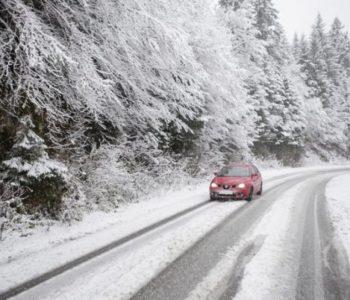 Snježne padavine stvorile probleme vozačima i pješacima