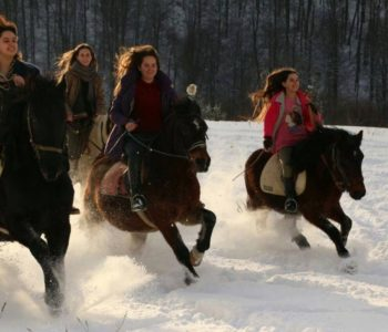 Djevojke jašu konje kao u filmovima
