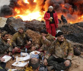 Stotine vatrogasaca gase naftna polja koja je zapalio ISIL povlačeći se iz Mosula