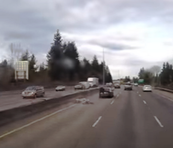 VIDEO: SPIDERMAN POSTOJI! Pogledajte što se dogodilo nakon što se motociklist zabio u automobil na brzoj cesti