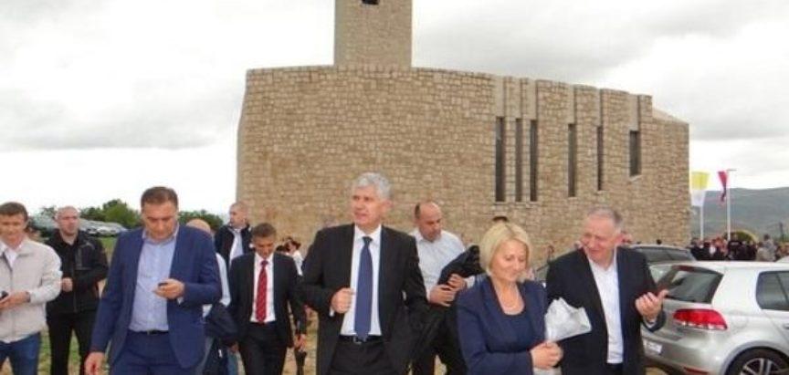SPASITELJ NAŠ JEDINI: Kakav križ nosi Dragan Čović?
