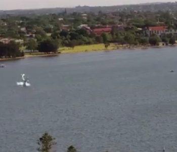Avion se u Australiji zabio u rijeku, stotine ljudi nemoćno gledale i snimale