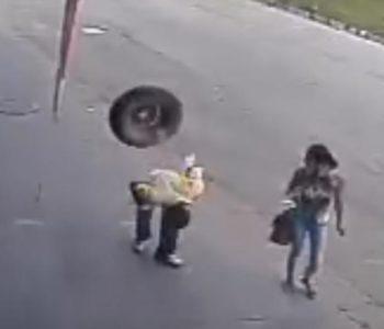 To se zove peh: Dok je mirno hodao ulicom u glavu ga pogodila – auto guma