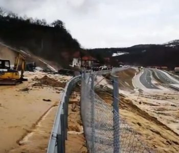 Bujica vode iz akumulacijskog jezera sručila se s brda i potopila najveću autocestu u BiH