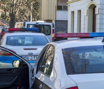 Nevjerojatna oružana pljačka banke u Drvaru: policajac propucan, pljačkaši u bijegu, izgorio automobil