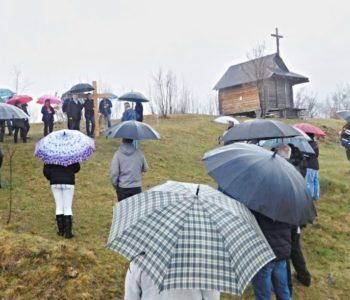 Foto: Ni hladnoća, ni kiša nisu mogli omesti pobožnost Križnog puta na Gradac