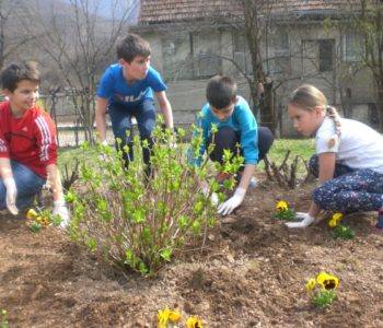 """Foto: Učenici OŠ ¨Ivan Mažuranić¨ Gračac proveli akciju čišćenja okoliša u sklopu projekta Let's Do It"""""""