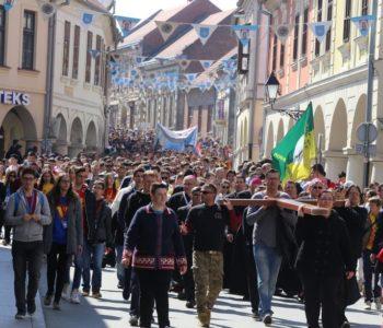 FOTO: ČAK 30.000 MLADIH OKUPILO SE U VUKOVARU Poruku sudionicima susreta katoličke mladeži uputio i papa Franjo, pjevaju Alan Hržica, Opća opasnost…