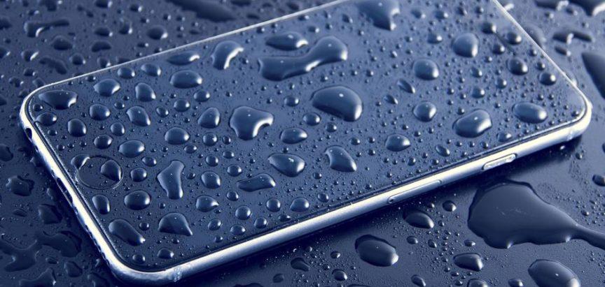 Što napraviti kad telefon padne u vodu i koliko im smeta more?