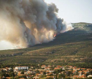 Nadljudskim snagama obranjen Drniš iako je vatra došla do kuća