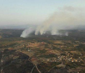 Helikopter OS BiH gasi požar na području Čapljine
