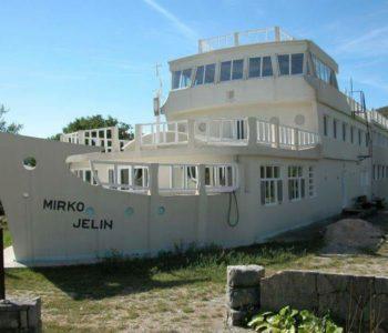 Brod kuća na 30 km od mora