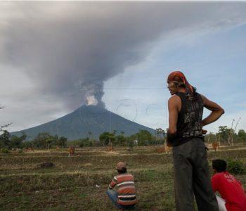 Vulkan na Baliju ispušta pepeo, zračna luka zatvorena