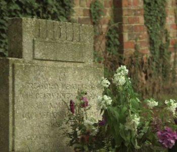 Misterij star 70 godina: Otkrila tko ostavlja cvijeće na grobu preminula brata
