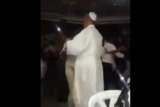 SVESTRANI PAPA: Video kako pleše pogledalo više milijuna ljudi