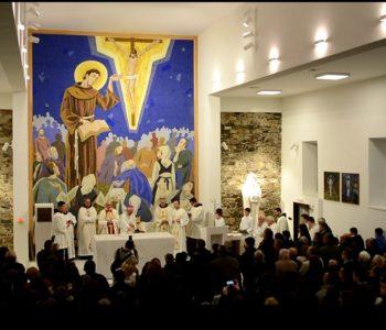 Foto: Na Gračacu blagoslovljen novi oltar u obnovljenoj crkvi