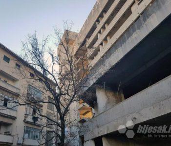 Preminuo dječak koji je pao sa staklene zgrade u Mostaru