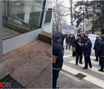Dramatične scene iz Tuzle: Građani jajima zasuli zgradu Gradske uprave