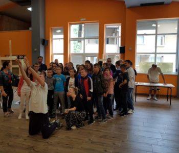 Foto: Učenici OŠ Ivana Mažuranića posjetili likovnu koloniju na Gračacu