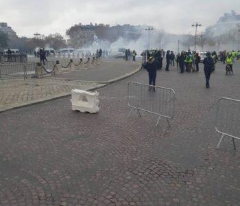 Kaos u Parizu: Na prosvjednike vodenim topovima i suzavcem