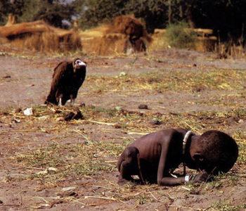 LEŠINAR SE PRIKRADA DJETETU, SUDAN 1993. Fotografija zbog koje je fotograf izvršio samoubojstvo