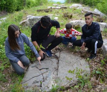 Foto: Senzacionalno paleontološko otkriće na Gračacu – Djeca pronašla fosilizirane  školjke stare i do 250 milijuna godina