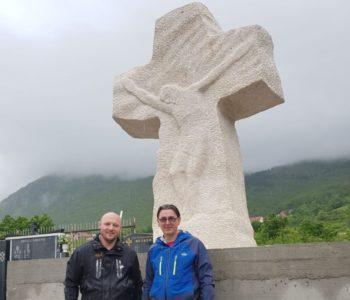 Foto: U groblju u Rumbocima postavljen veliki križ