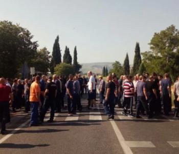 Radnici Aluminija blokirali put M-17