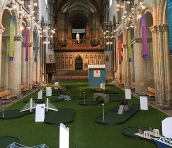 Anglikanska katedrala pretvorena u igralište za golf