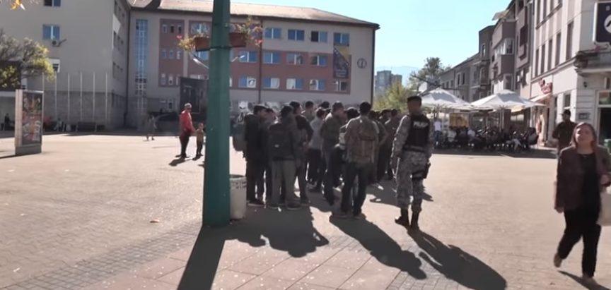 Pogledajte kako policija okuplja migrante u Bihaću i odvodi ih u kamp Vučjak