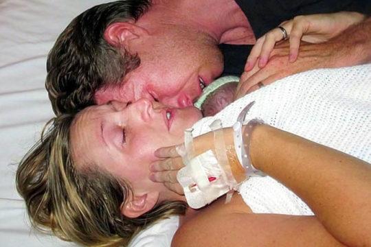 Puna 2 sata ležali s mrtvom bebom, ali onda je liječnik ušao i zatekao čudo