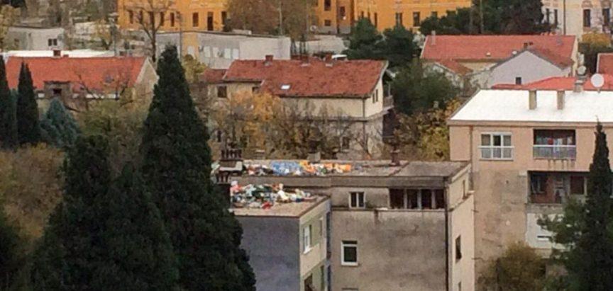 Kad mislite da vas više ništa ne može iznenaditi kad ono deponija na krovu zgrade