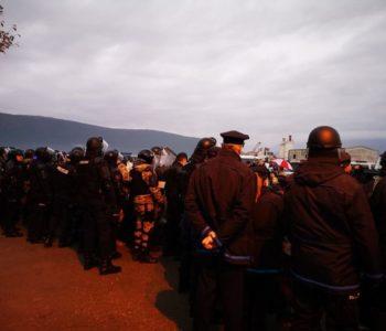 Drama u Mostaru jutros: Policija deblokirala 'Uborak', mještani se vezali lancima