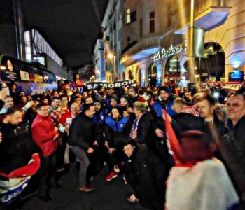 VIDEO Hrvatski rukometaši izašli iz dvorane i pjevali s tisućama ljudi