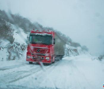 Snijeg otežava prometovanje na pojedinim dionicama, dok su neke zatvorene
