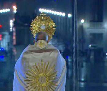 Papa Franjo na praznom Trgu sv. Petra uputio blagoslov 'Urbi et Orbi': Oprostio grijehe svima pogođenima koronavriusom