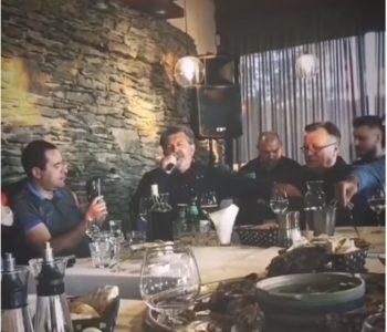 Veliki korona-dernek u Sarajevu: Uz ministra Košarca pjevaju Šerif Konjević, Koke, Halid Bešlić, Hari Mata Hari…