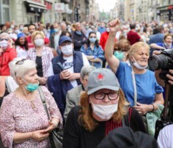 """ŠTO ĆE REĆI STOŽER I EPIDEMIOLOZI? U Sarajevu se stariji ljudi držali za ruke i nosili """"Fadilovke"""""""